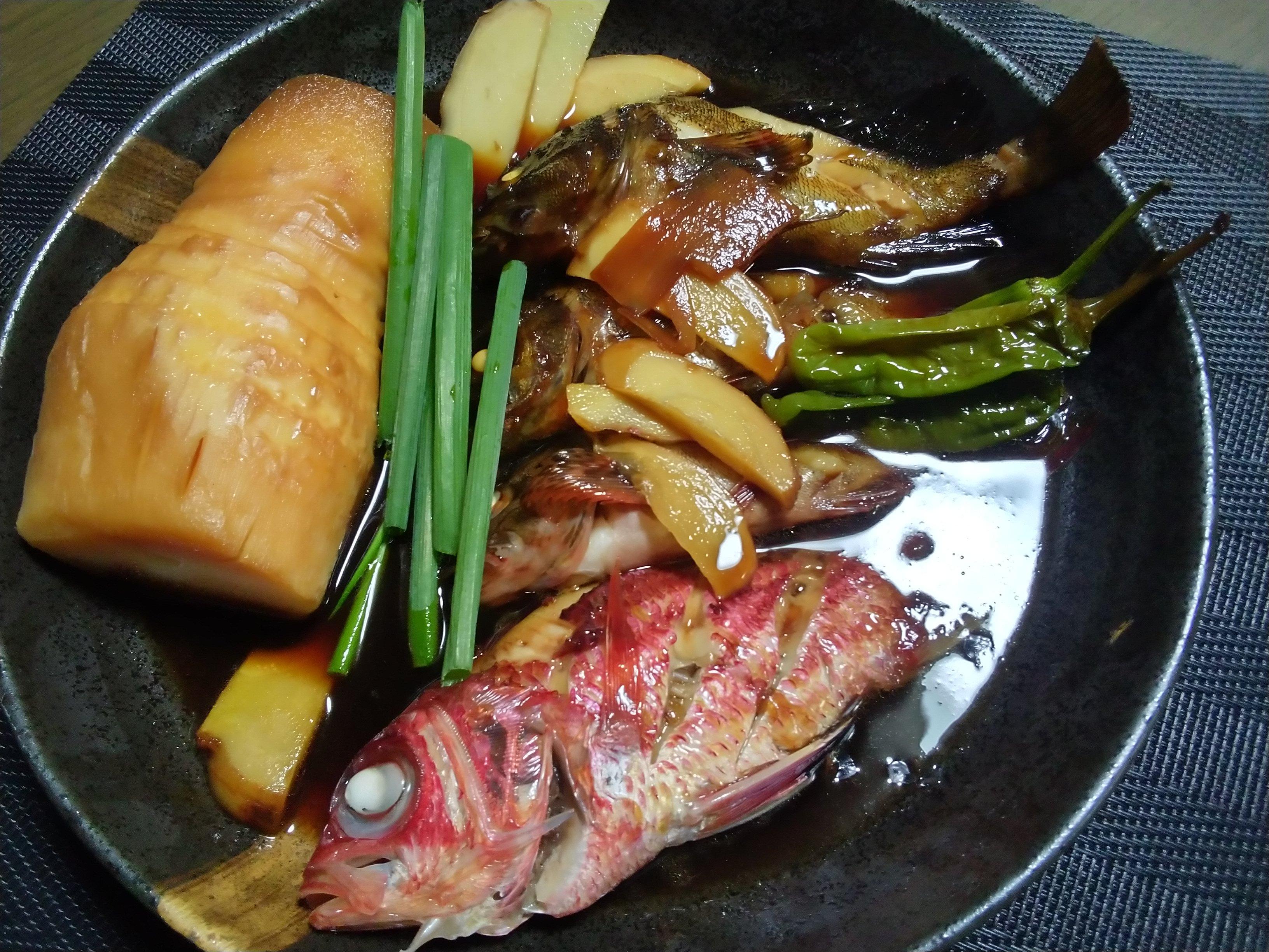 魚はメバル、カサゴ、アヤメエビスです。アヤメエビスは鱗がごっついんですが煮たら身は白身で美味しい。