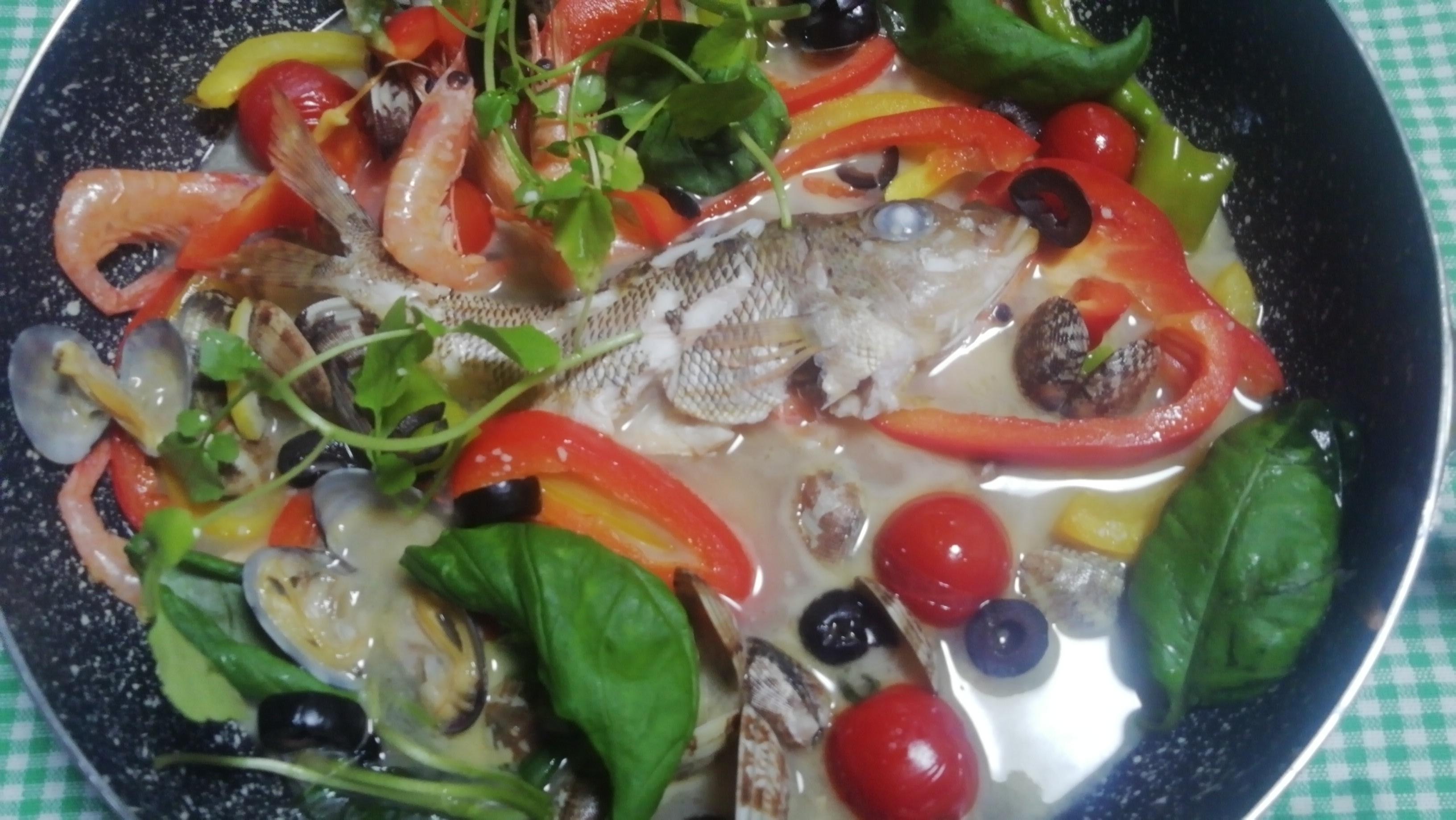 魚は、なんでもいろいろ美味しいアクアパッツァです。