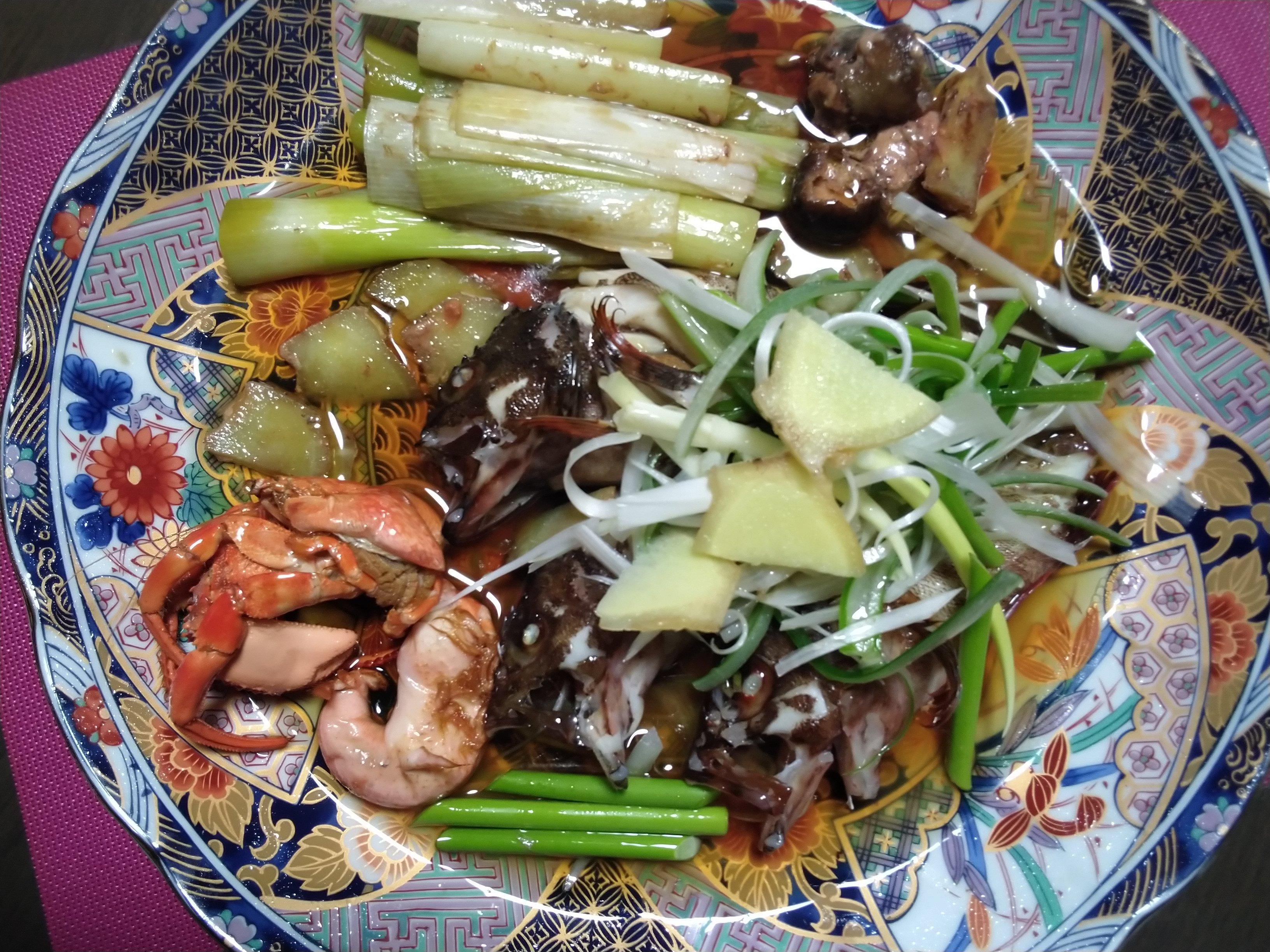 (材料)カサゴ3匹、ヤドカリ、白髪葱、生姜(調味料)Aサラダ油、ゴマ油、B料理酒、オイスターソース、醤油(調理法)魚処理後蒸し器に長葱を敷きその上にカサゴ、ヤドカリを並べます。上と身の中に生姜をいれます。蒸します。魚を取り出し、魚から出たスープとBの調味料を混ぜてソースを作ります。盛付けて白髪葱、生姜スライスを乗せ、熱々のA油を適量ジュジュー!とかけます。スープBを回りにかけて出来上がり。