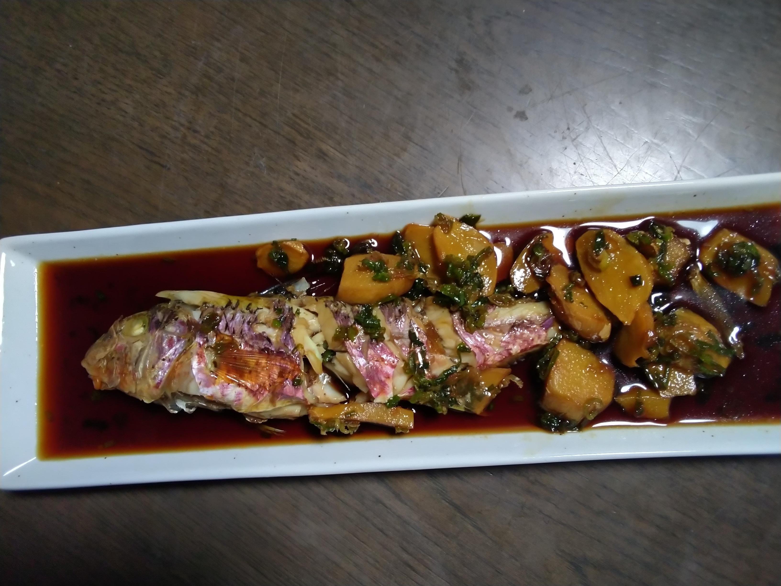 ヒメジという魚らしい?です。オジサンとも呼ばれているのか?定かではありませんが、もしもオジサンならおじさんが煮付けてしまいました。共食い?
