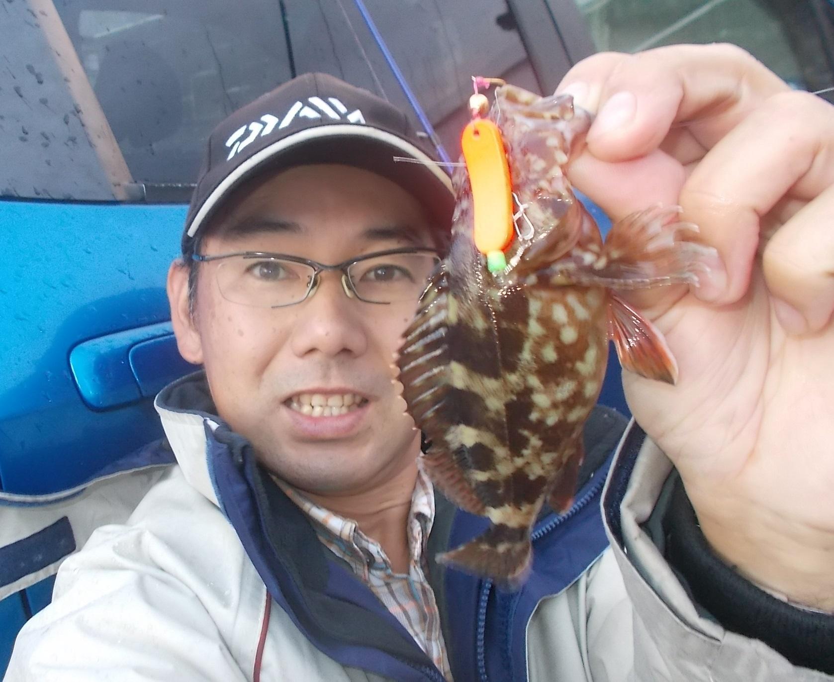 足元を探り歩いてカサゴが釣れましたよ。落しても投げても何でも釣れる!ハンティングブラー使ってみてください。