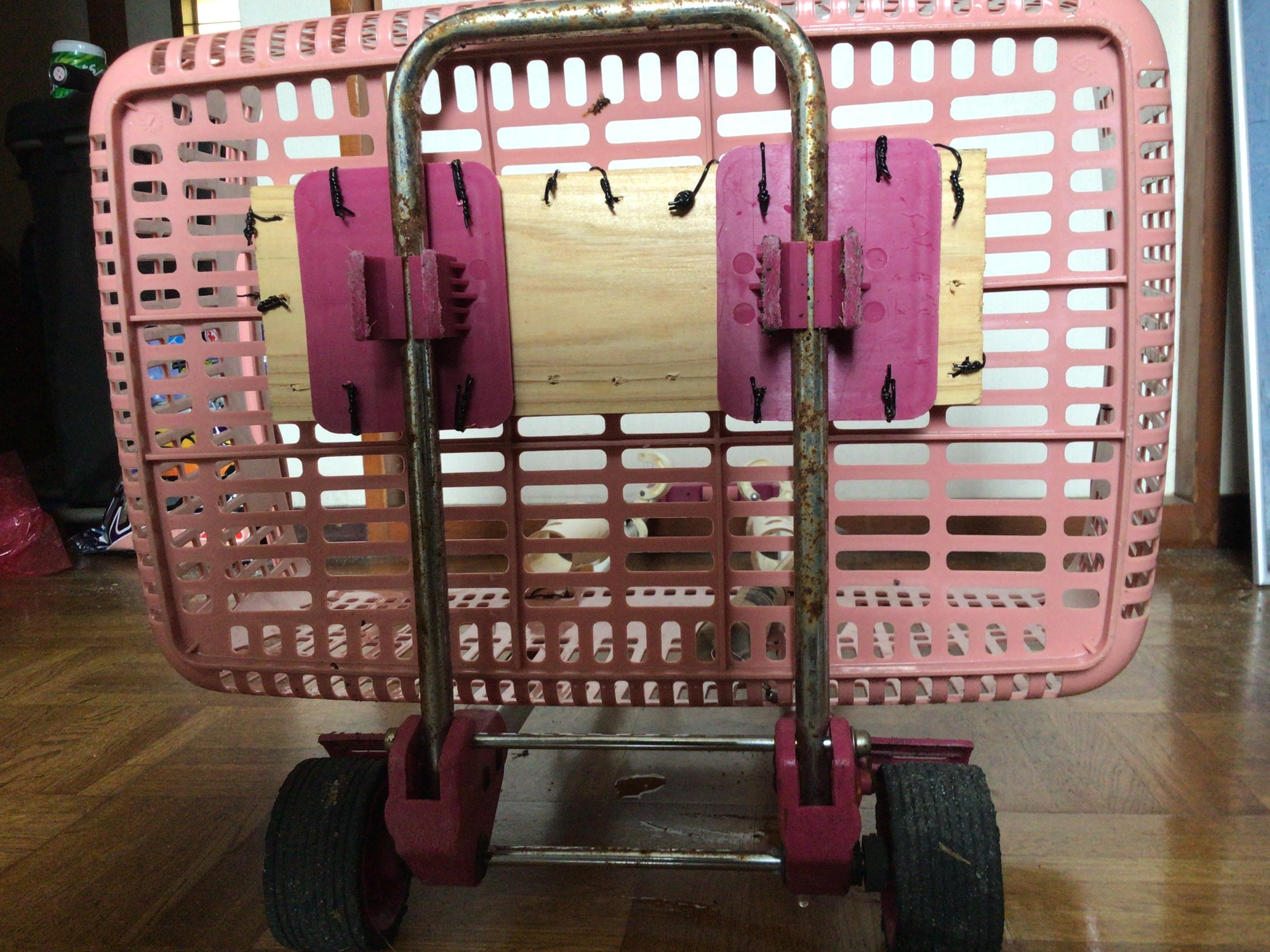 300円で買った代車に土台で木材かまします。カゴはツリノの方がクールかな❓