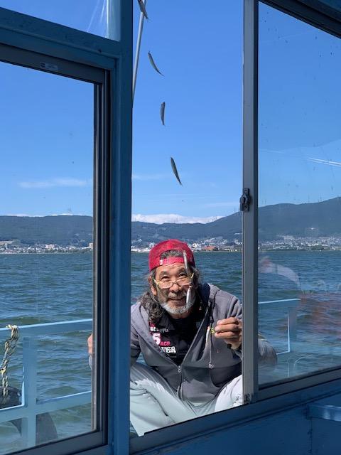 ドーム船外にてのべ竿を出して置き竿釣法も有効です♪