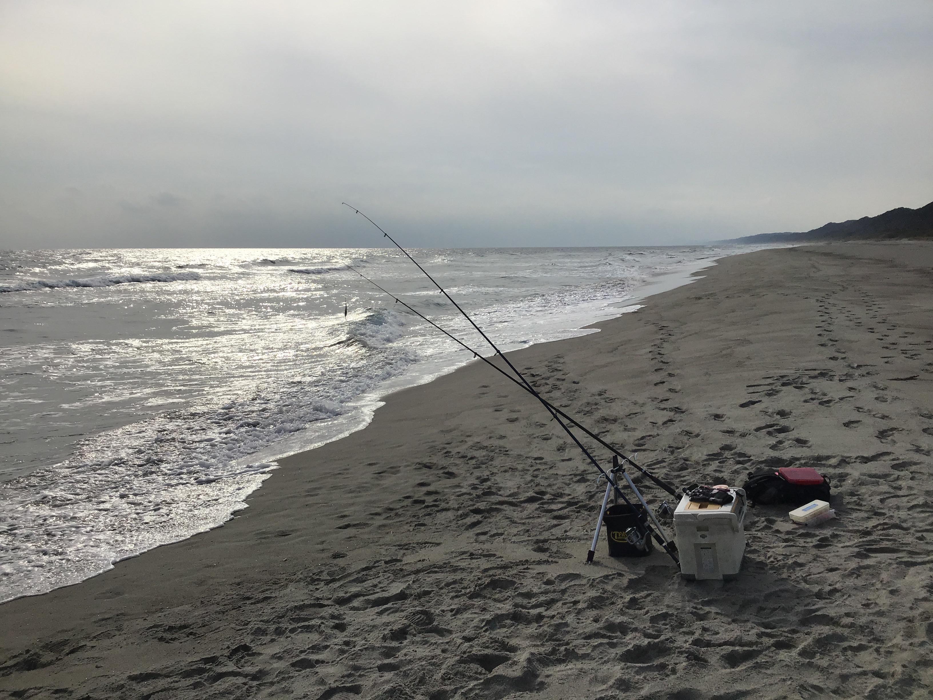 今日も置き竿とルアーの二本体制デス❗️海岸には誰もいません٩( 'ω' )وそりゃそうデス❗️冬の魚釣り激ムズ、、、