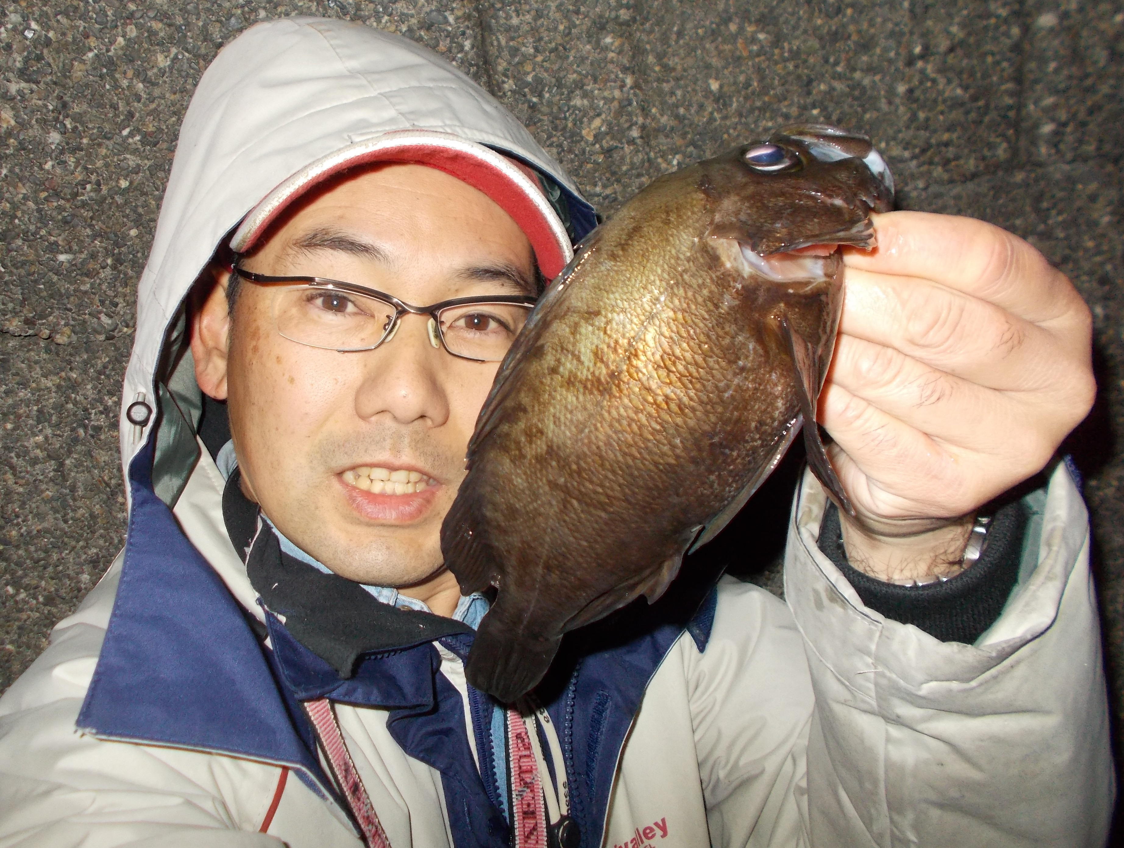 風が強く釣りにくかったですが何とか釣る事が出来ました。防寒対策はしっかりとして下さい、寒いと集中出来ません。